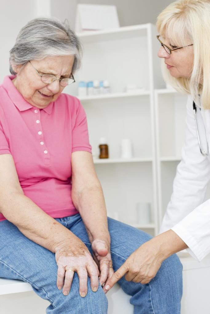 у пожилой женщины болит колено