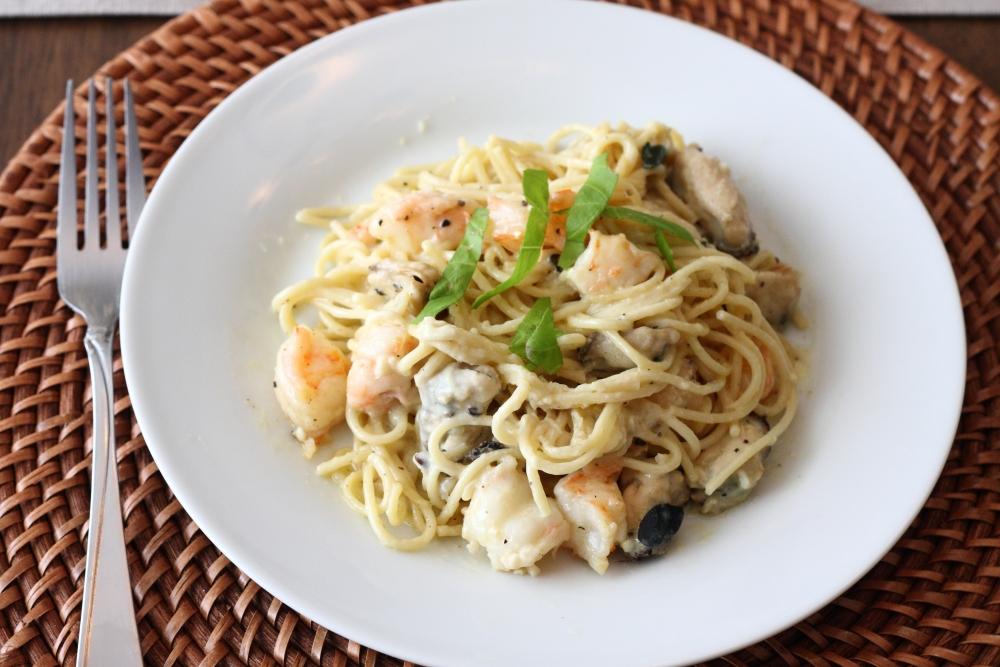 Спагетти с креветками и мидиями под соусом