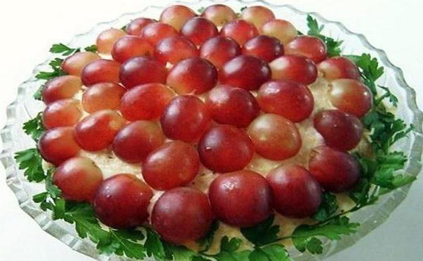 салат тиффани с виноградом и копченой курицей