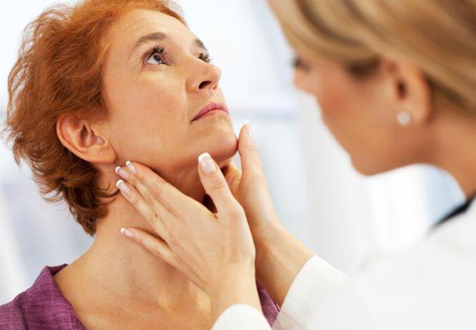 жировик за ухом лечение