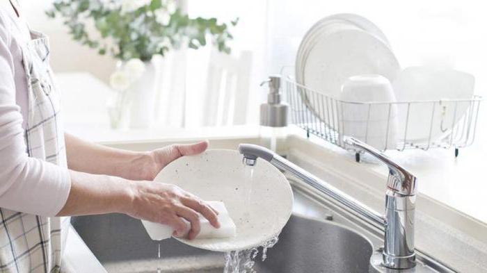 почему нельзя мыть посуду в гостях традиции
