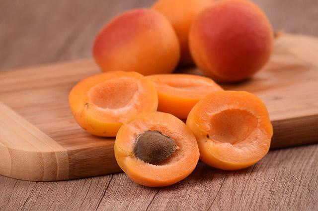 как правильно есть армянские абрикосы