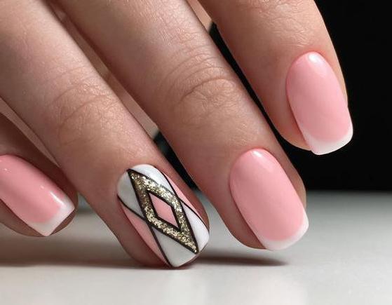нежно розовый маникюр на коротких ногтях