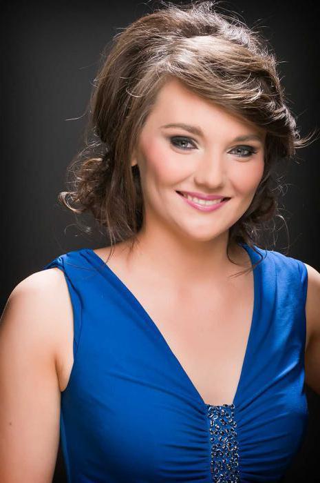 макияж под голубое платье для брюнеток
