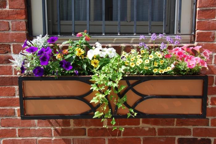 Ящики для цветов на балкон: яркое украшение фасада.
