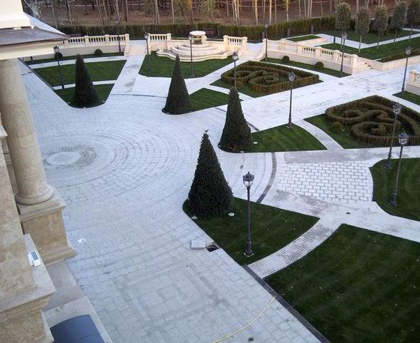 Площадь перед дворцом Путина