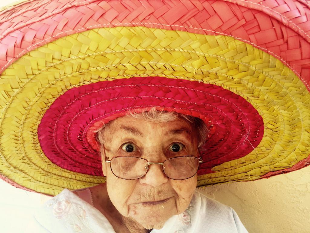 Бабушка в очках и шляпе