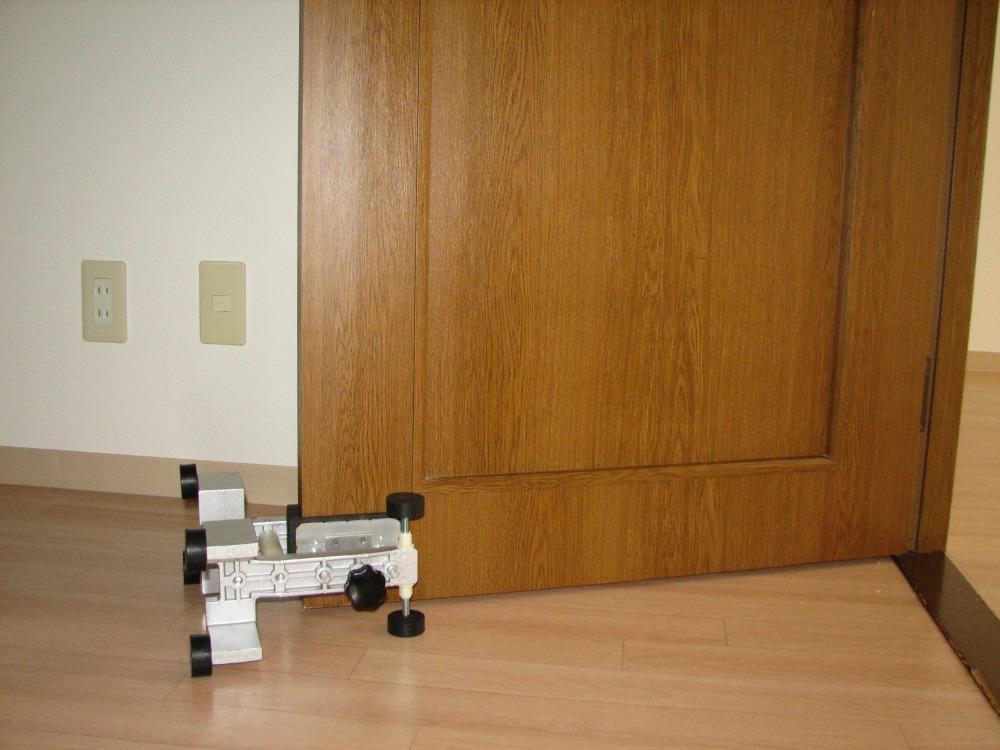 Фиксатор положения двери