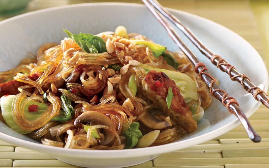 салат из фунчозы с мясом и овощами
