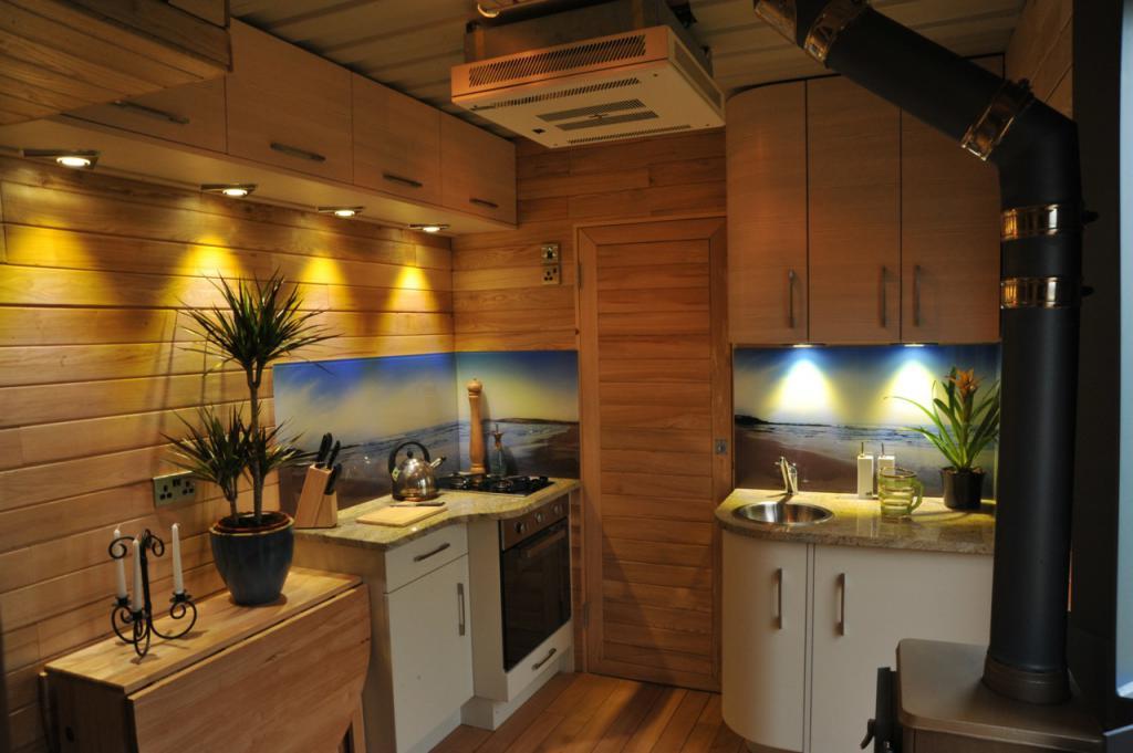 освещение кухни в деревянном доме