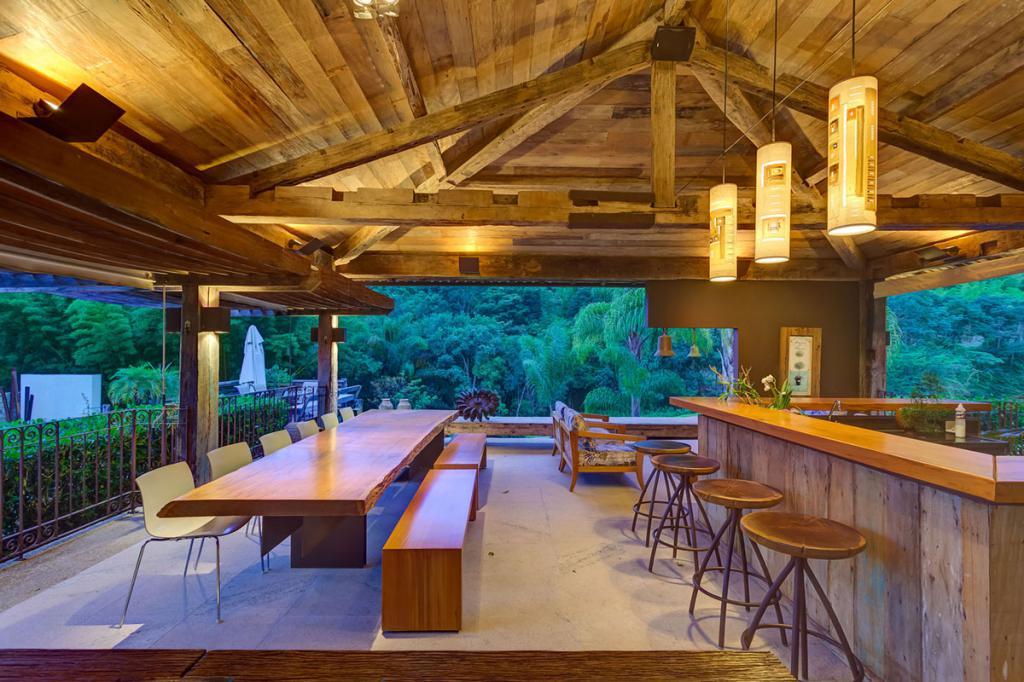 освещение террасы в доме из дерева