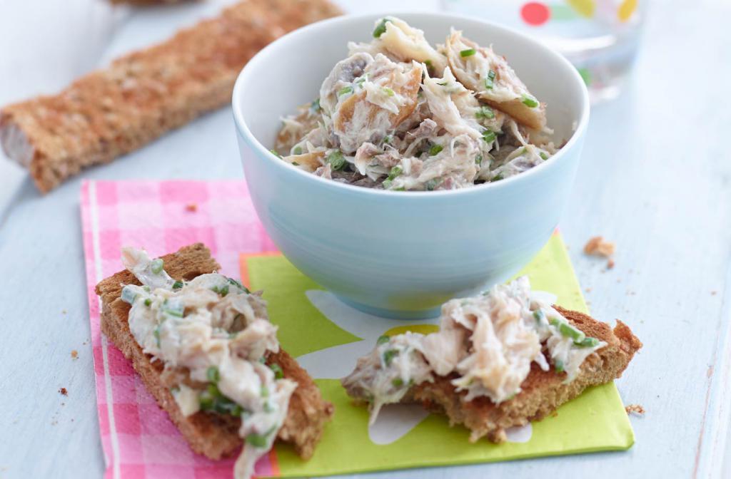 салат из скумбрии консервированной с огурцом