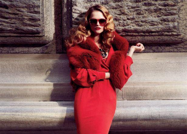 Красное платье с меховой шалью