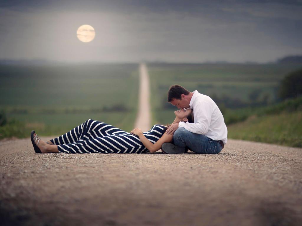 Парень и девушка на дороге