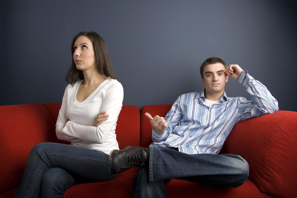Мужчина и женщина в ссоре на диване