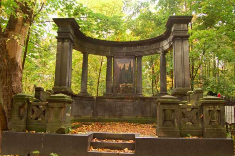 Стелла на кладбище