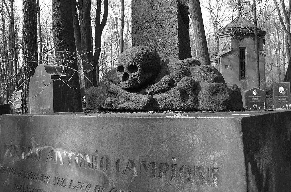Устрашающее надгробие