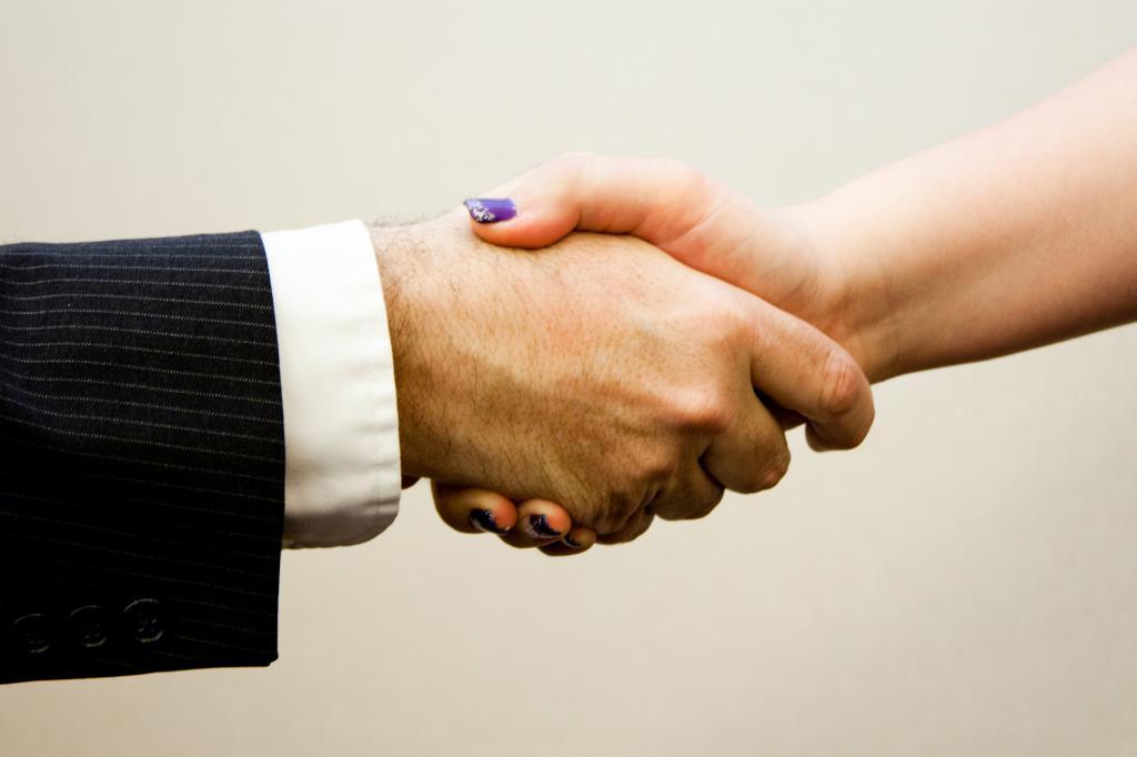 Мужчина и женщина пожимают руки