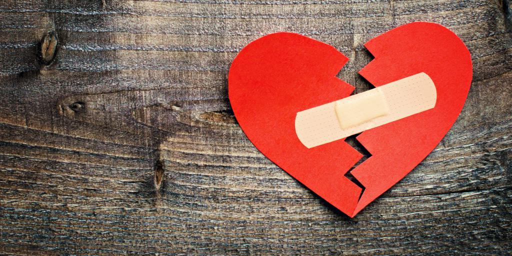Бумажное сердце, скрепленное пластырем