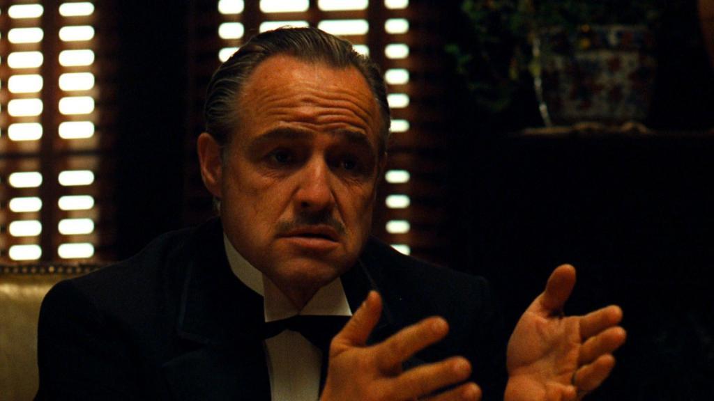 Дон Корлеоне что-то говорит