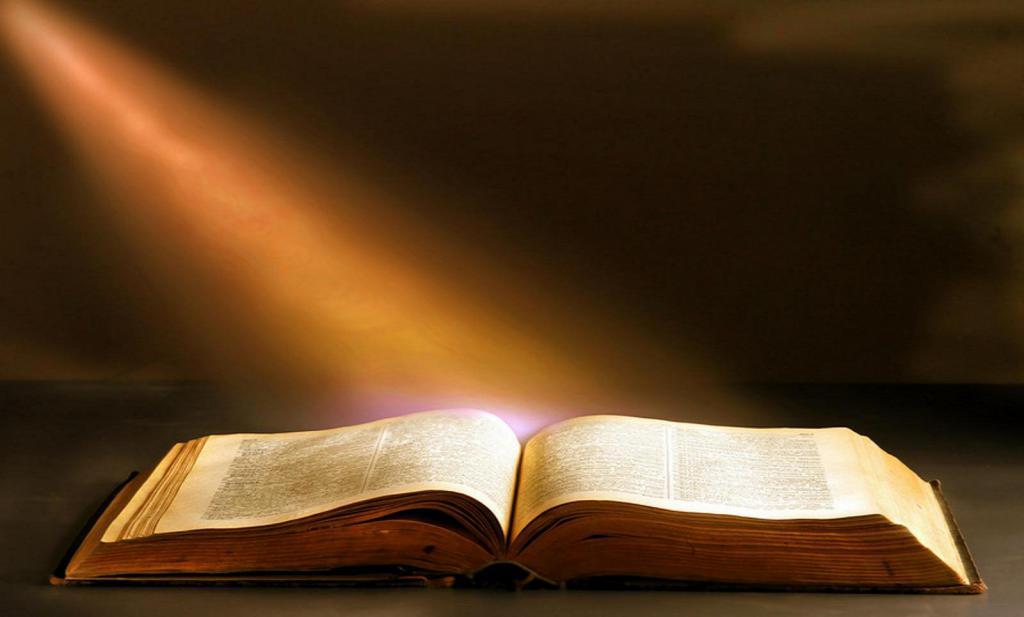 На Библию падает свет