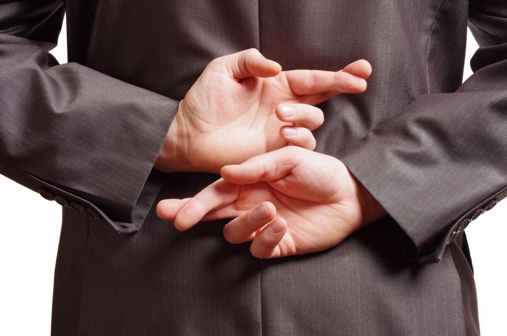 Человек со скрещенными пальцами за спиной