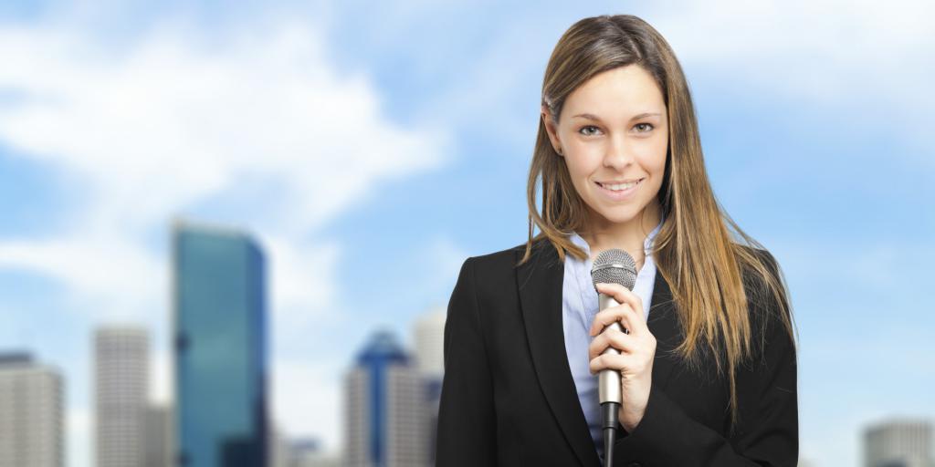 Женщина-журналистка с микрофоном