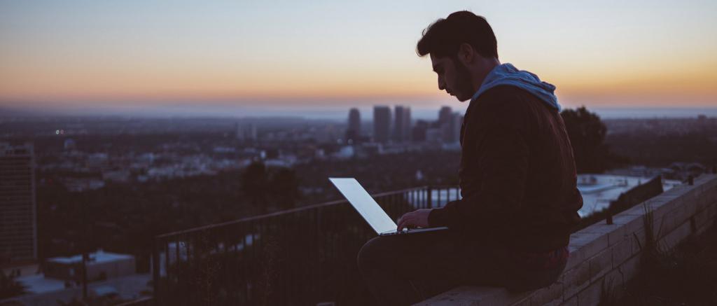 Человек работает на крыше