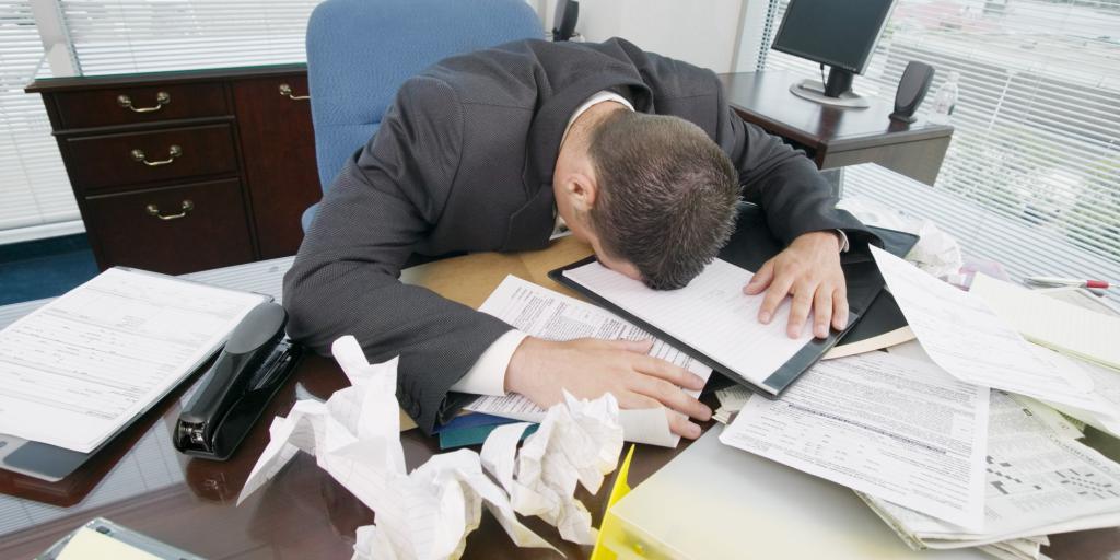 Человек уснул на работе