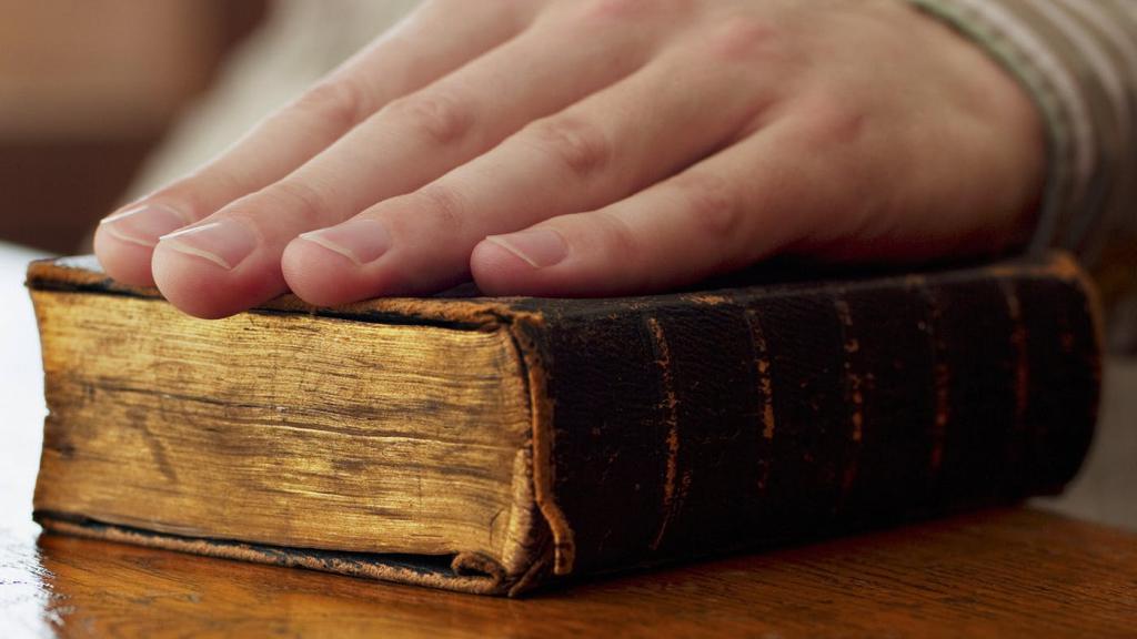 Рука на Библии