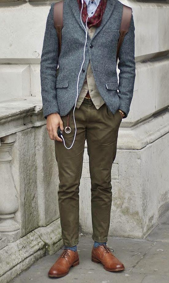 серый пиджак в сочитании с чиносами цвета хаки