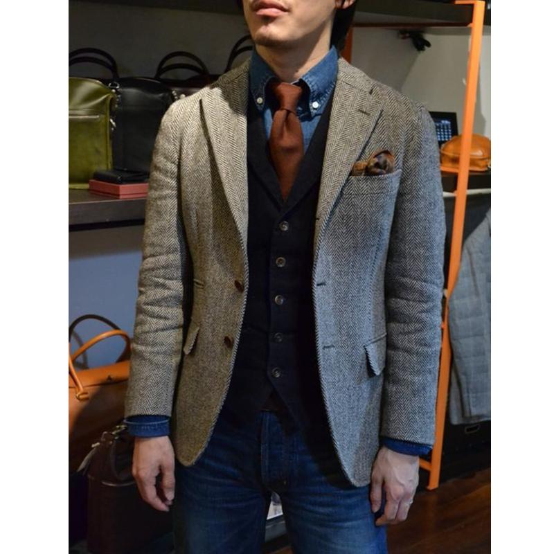 серый пиджак в сочетании с джинсами и галстуком