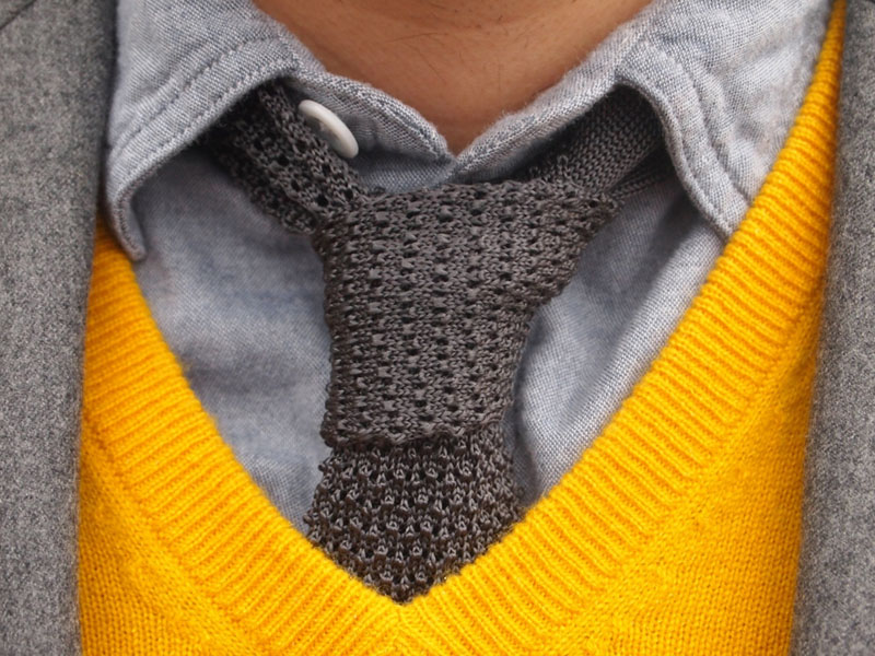вязанные галстуки в сочетании с серым пиджаком