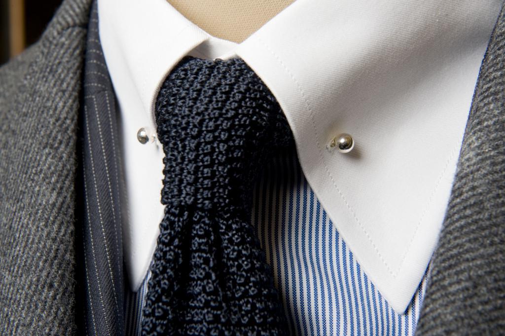 вязанный галстук в сочитании с рубашкой и серым пиджаком