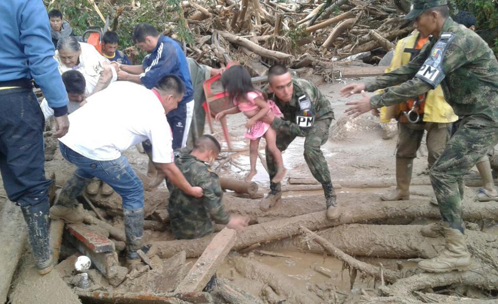Спасатели пытаются помочь пострадавшим после чрезвычайного происшествия
