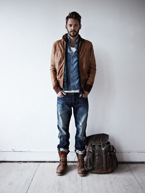 джинсовая рубашка в сочетании с курткой и рюкзаком