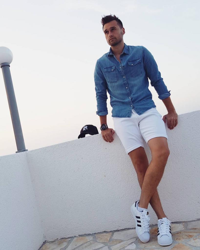джинсовая рубашка с белыми шортами и кросовками