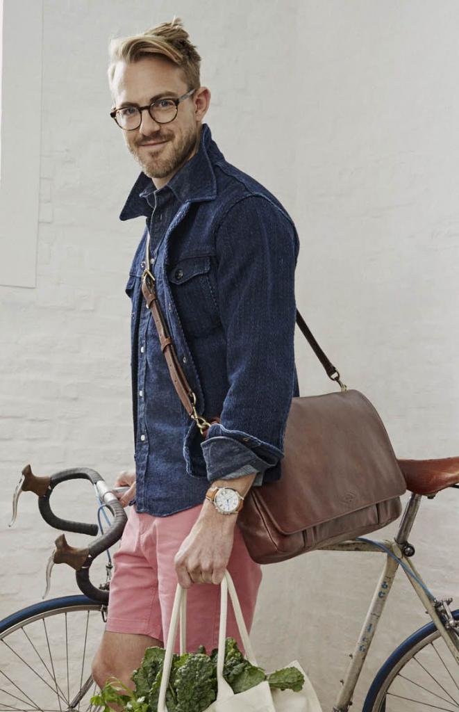 джинсовая рубашка в сочетании с сумкой из кожи