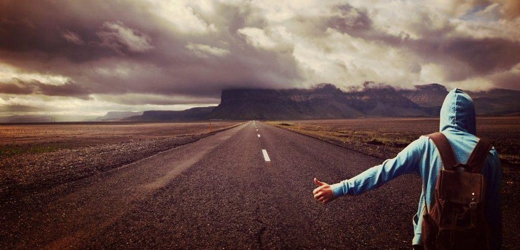 человек один на дороге