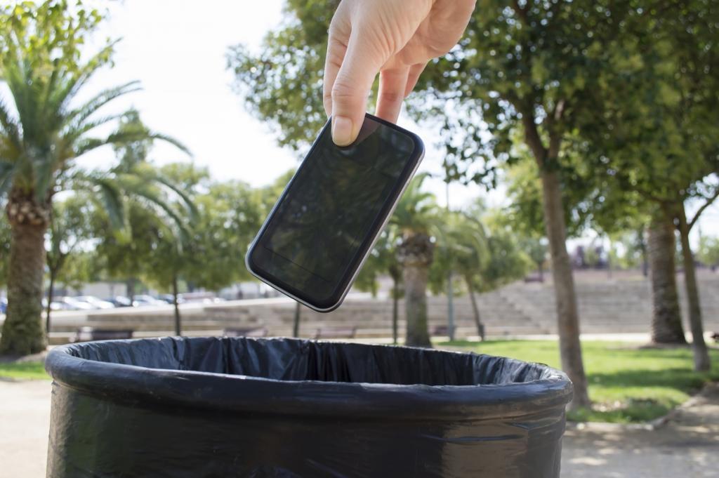 телефон в мусорном ведре