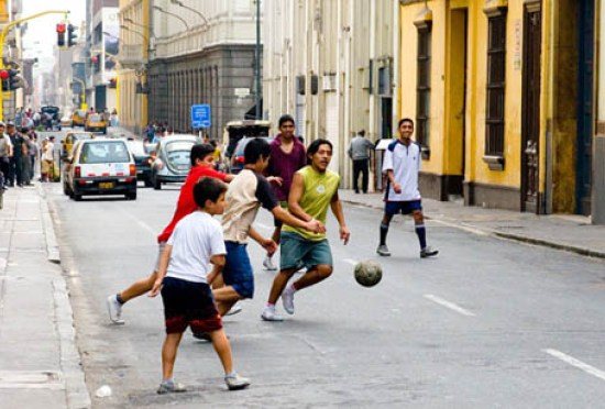 Дворовый (уличный) футбол. Какова жизнь - таков и футбол.