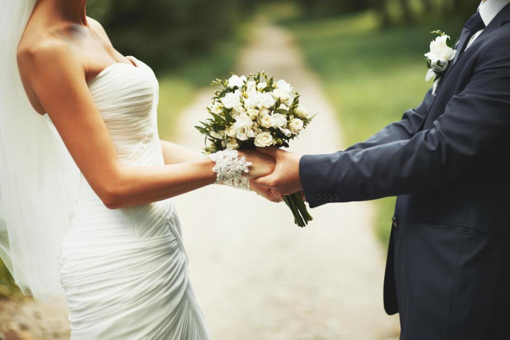 Невеста, жених и их букет