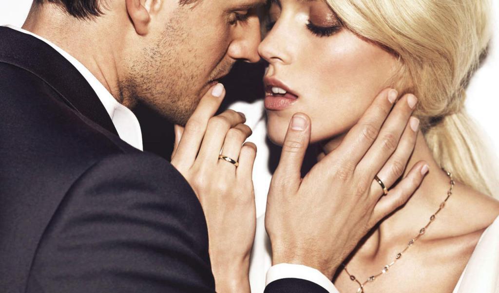 мужчина целует женщину