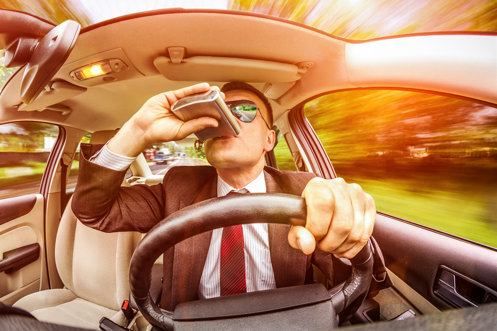 водитель пьет во время движения