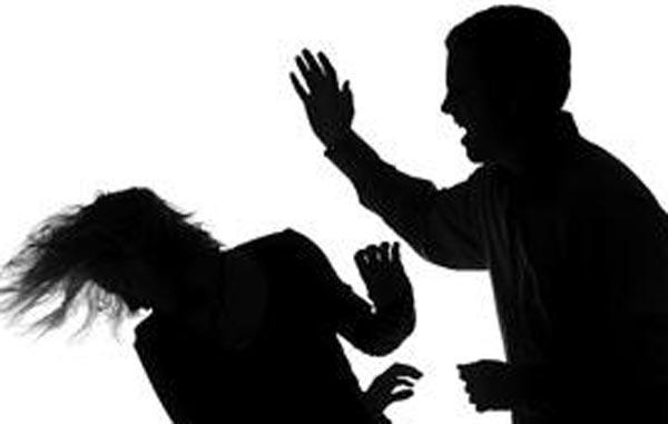 мужчина бьет женщину