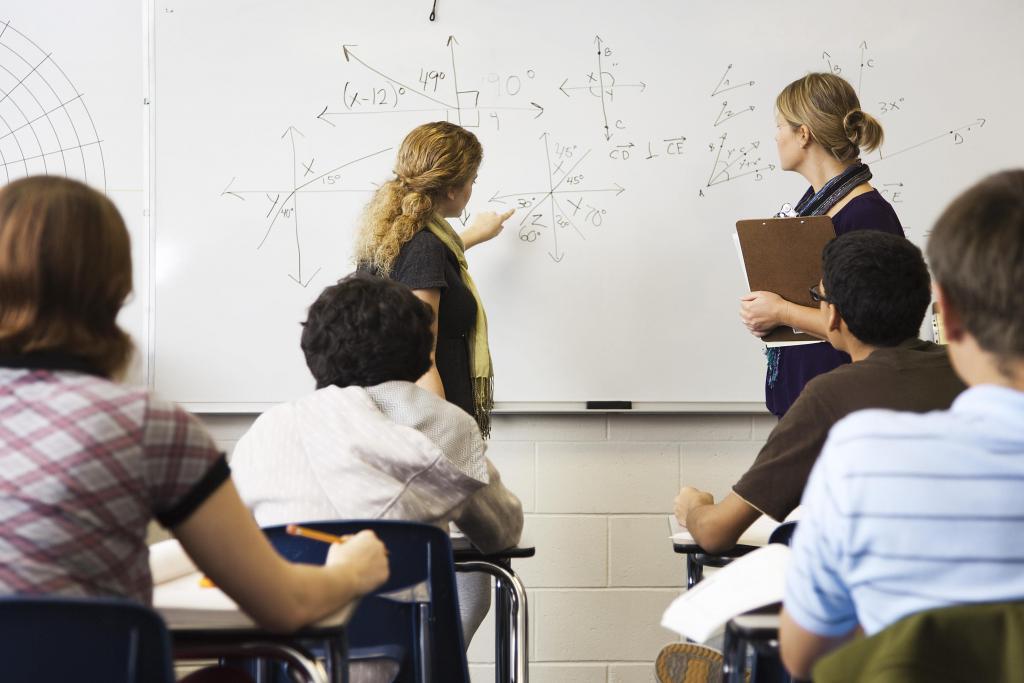 студент демонстрирует решение задачи