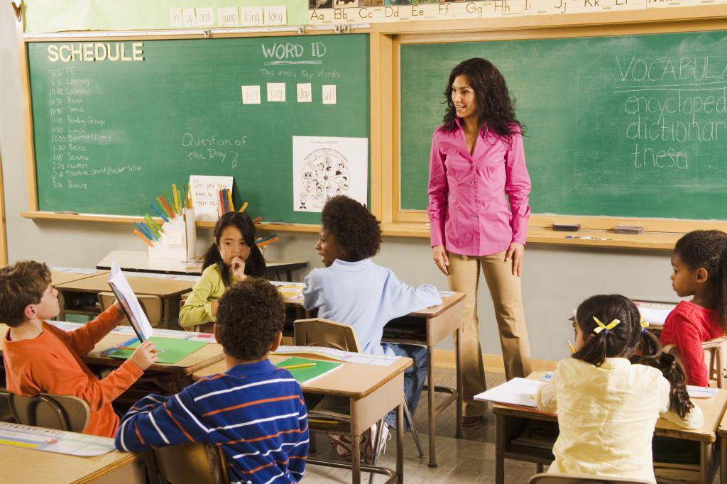 ребенок отвечает учителю