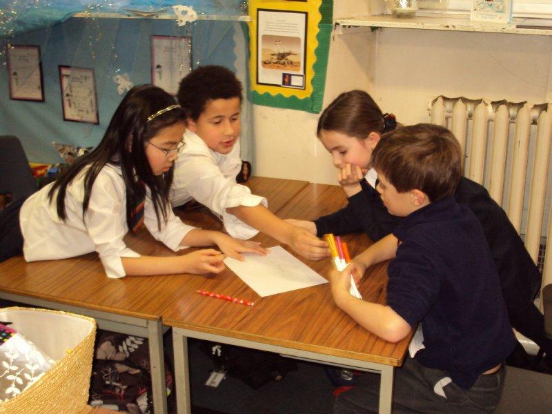 дети работают в группах