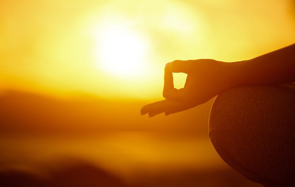 рука на фоне солнца