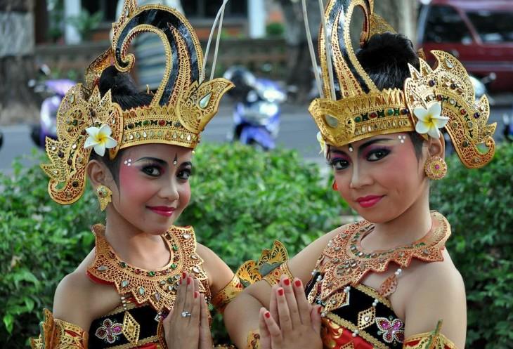 Приветливые жители Индонезии